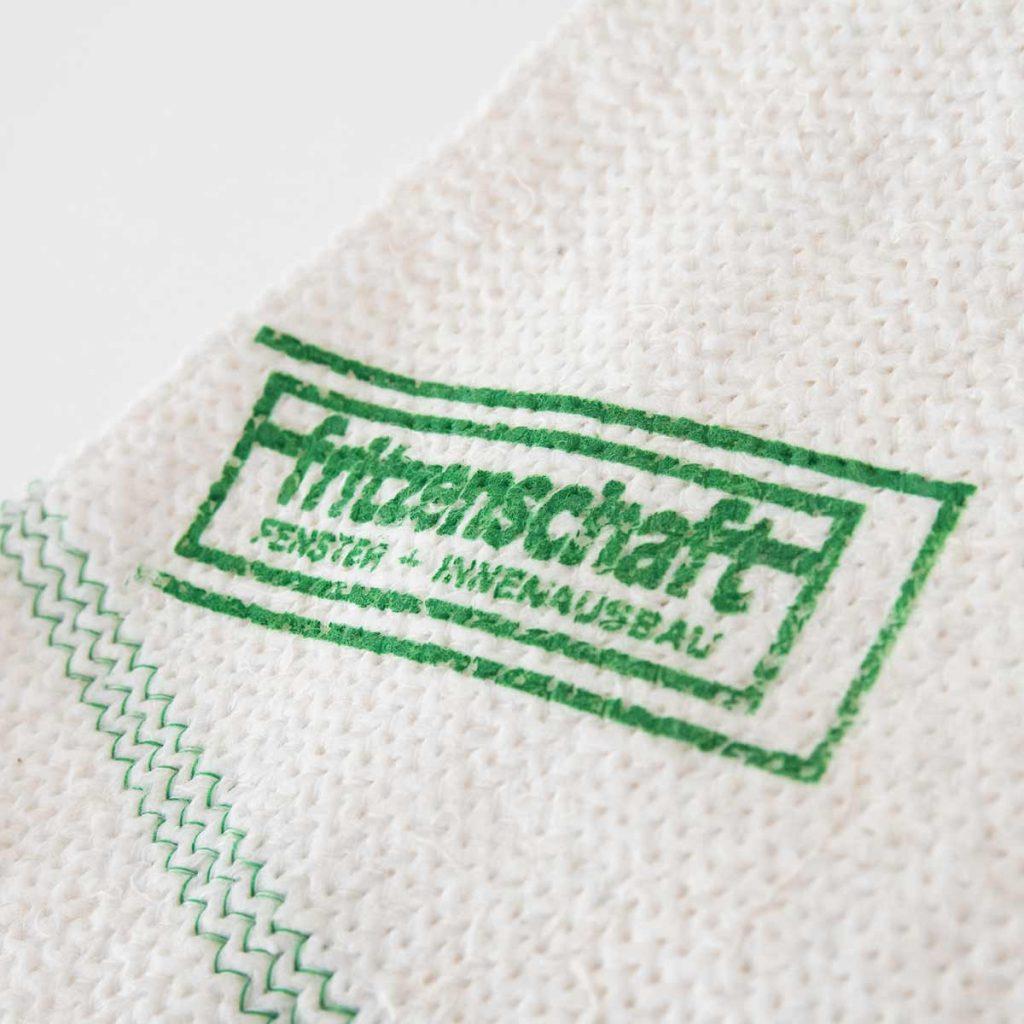 Abgebildetes Beispiel mit Kontrastnaht- Faden passend zur Farbe des Druckes.