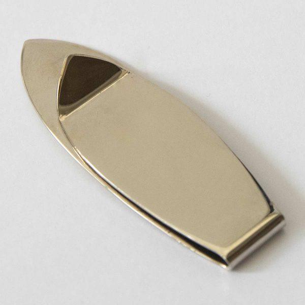 Abgebildeter Clip is in der Grösse von ca. 20x58 mm. Mit nickelplatierter Oberfläche, Sujet vertieft und mit Kunstharzlack ausgelegt.