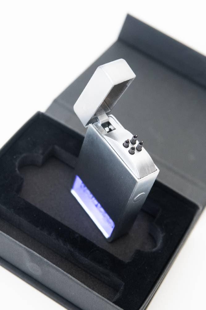 elektrisches-lichtbogenfeuerzeug-incrystal-mit-led-beleuchtung-juerg-siegrist-holding-ag